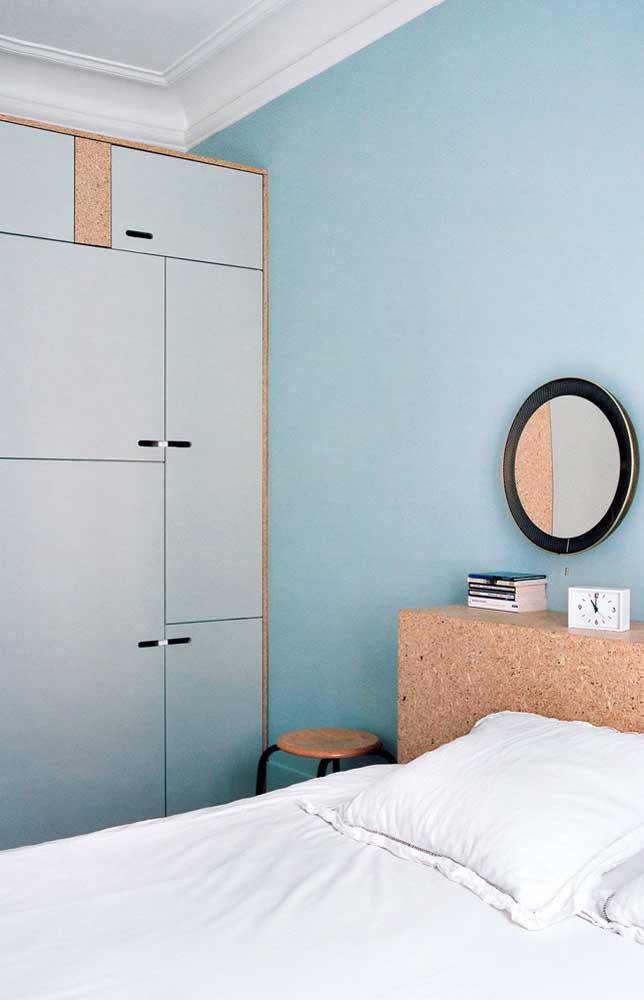 Para fugir do branco tradicional, escolha cores suaves e neutras como esse azul usado na parede