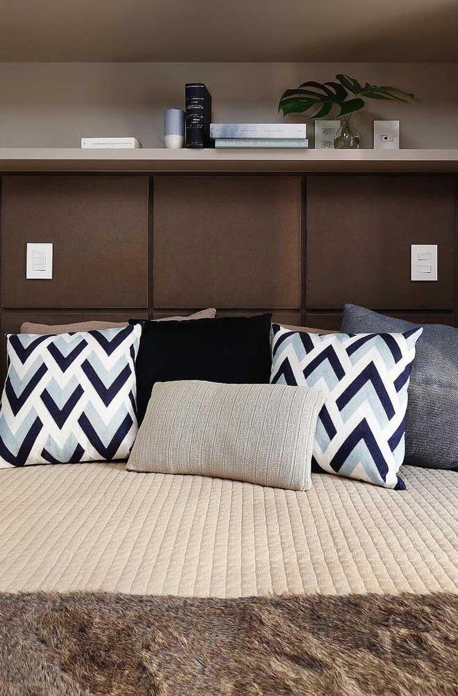 Almofadas e uma roupa de cama bonita e confortável para deixar o quarto de casal pequeno ainda mais bonito