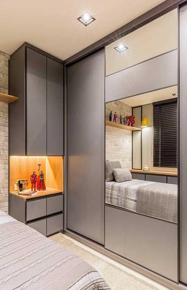 Guarda roupa planejado em L com espelho para otimizar o espaço do quarto de casal pequeno