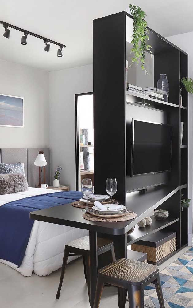 A estante delimita a área do quarto do casal e da sala de estar; detalhe que o móvel pode ser usado dos dois lados