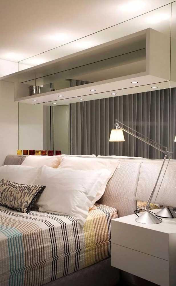 Espelhos, nichos e móveis suspensos: um trio de soluções para quartos pequenos