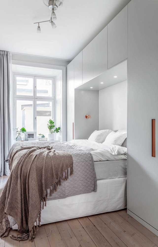 Iluminação natural e cores claras: combinação perfeita para quartos de casal pequeno