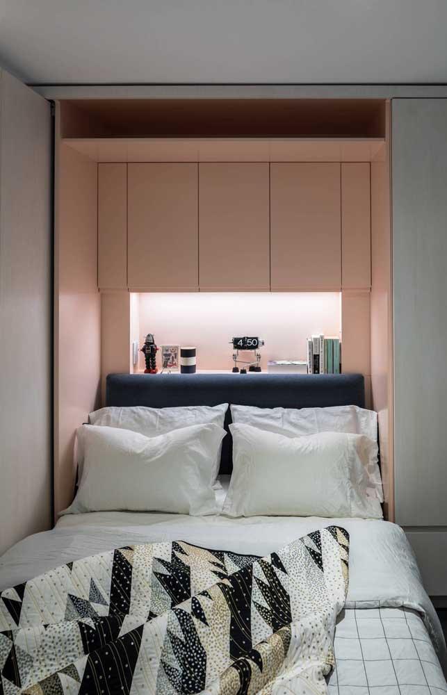 Rosa, branco e preto: uma paleta moderna para o quarto de casal pequeno
