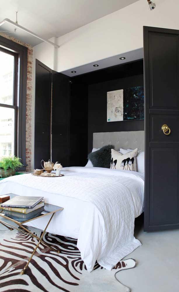 Personalidade e estilo nesse quarto de casal pequeno cheio de referências pessoais