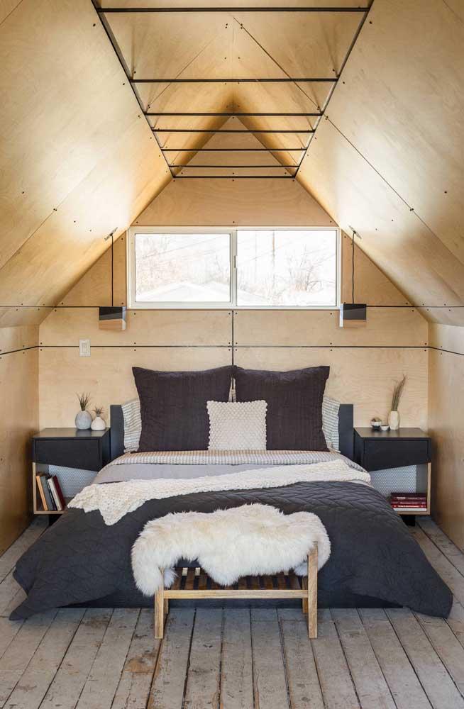 A madeira usada nesse pequeno quarto de casal é, por si só, o grande destaque do ambiente