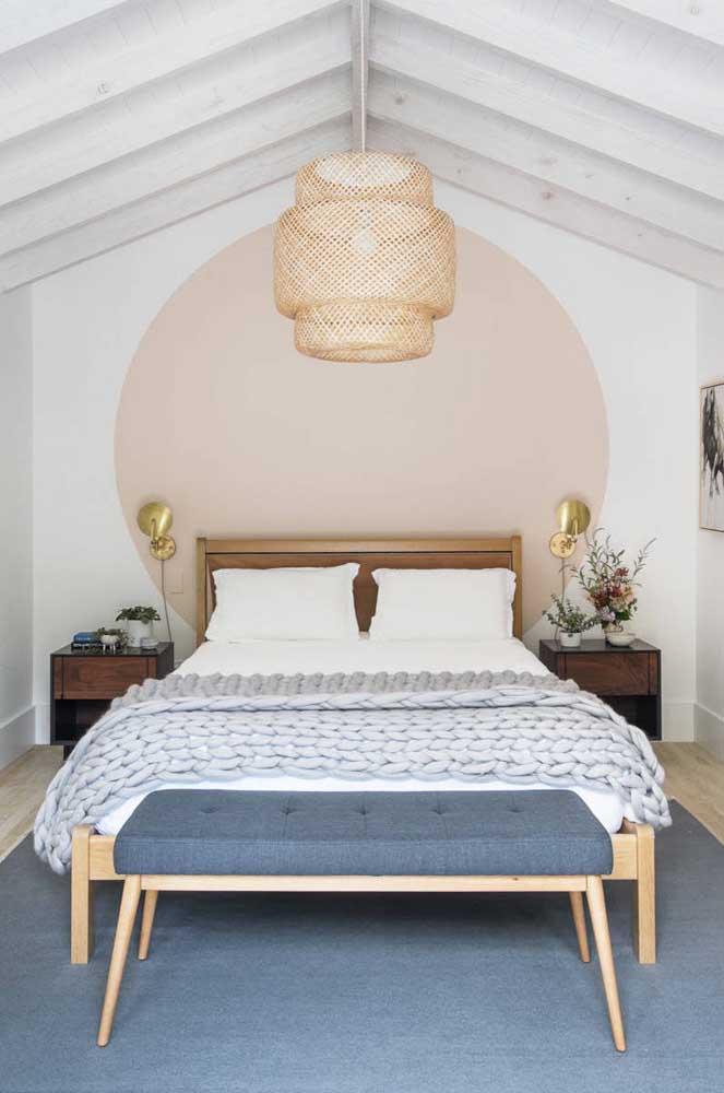 Experimente uma pintura diferenciada na parede do quarto de casal pequeno