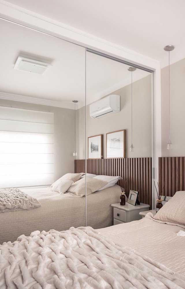 Espelho e luz natural para ampliar o quarto de casal pequeno