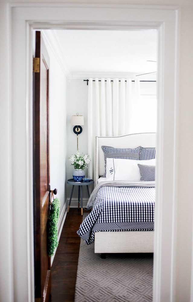 Flores para dar vida e ânimo ao pequeno quarto de casal