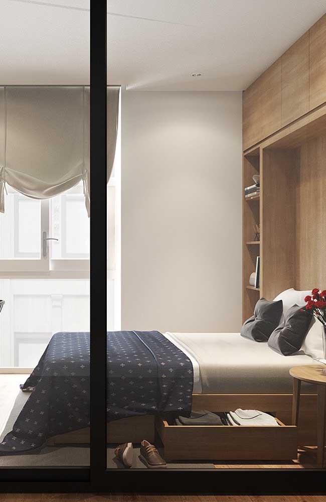 Guarda roupa planejado em tom de madeira natural para o quarto de casal pequeno