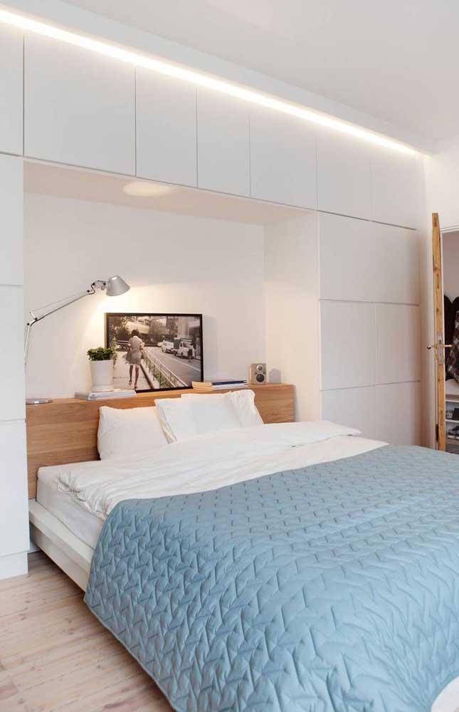 Capriche na decoração do quarto de casal pequeno usando fitas de LED