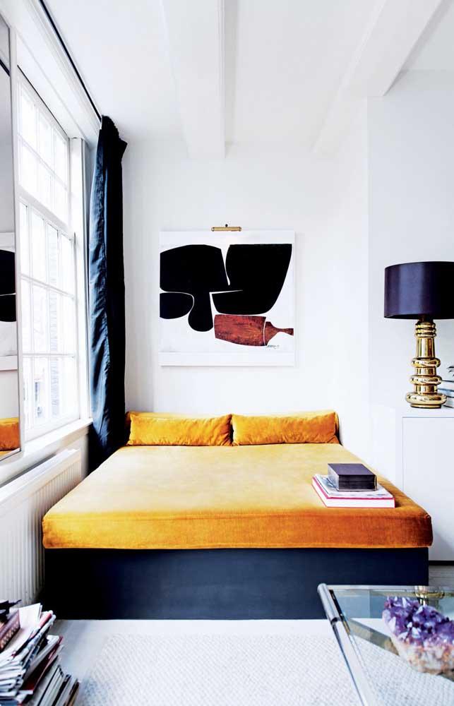Uma linda inspiração por aqui! O quarto de casal pequeno e contemporâneo traz uma base branca e cores vibrantes e contrastantes nos detalhes