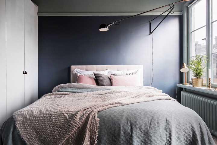 Para quem prefere algo mais clean, mas com um toque de tendência, vale a pena apostar em uma parede azul petróleo no quarto