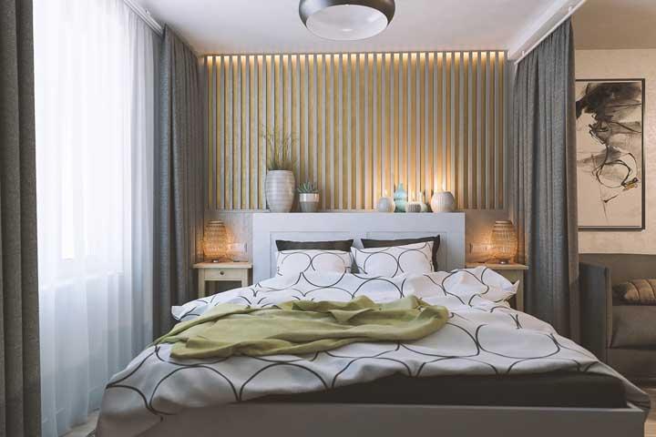 Aqui, a cortina faz a divisão entre o quarto de casal pequeno e a sala de estar