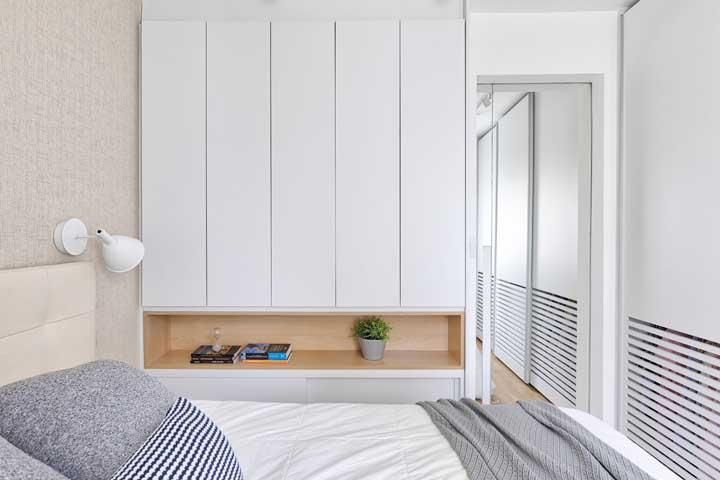 Espelho na porta: uma ideia pratica e muito funcional para o quarto de casal pequeno
