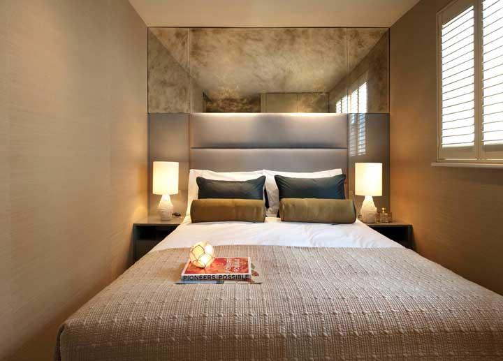 Nessa outra proposta de quarto de casal pequeno, a dica é explorar texturas e cores quentes