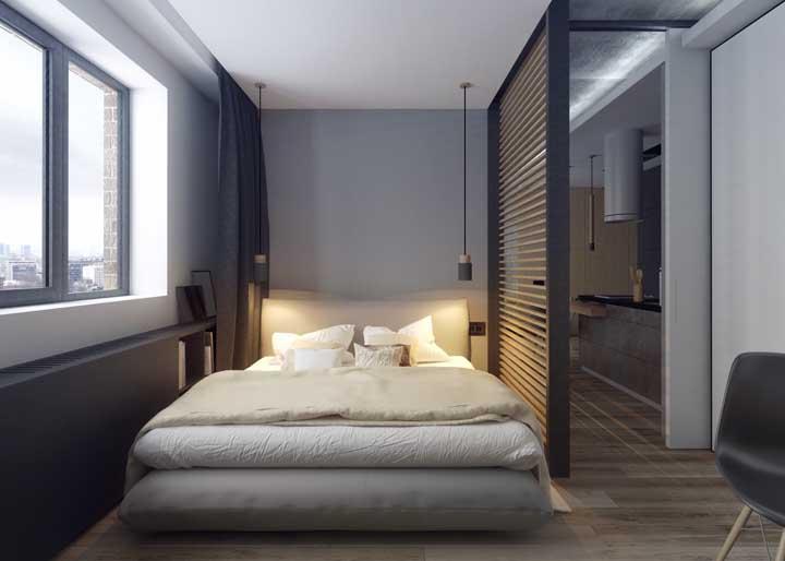 Já quem prefere um efeito blackout pode optar por uma cortina preta de tecido grosso, tudo vai depender de que modo o quarto do casal é utilizado