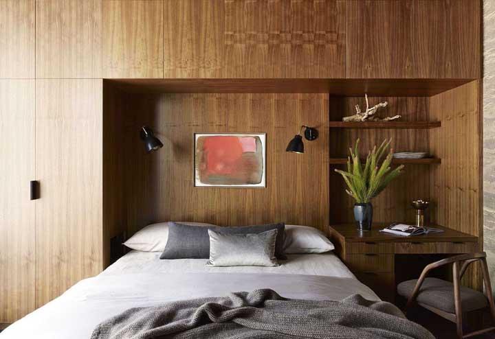 Nada como um móvel de madeira para acolher os momentos de descanso no quarto
