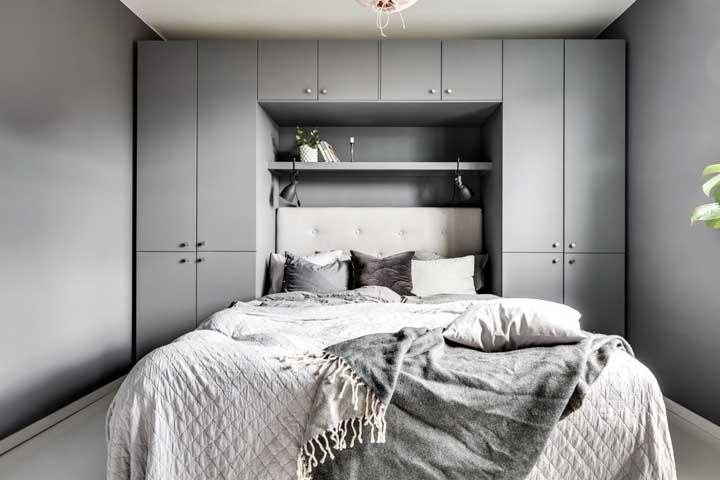 A sobriedade moderna do cinza marca a decor desse quarto de casal pequeno