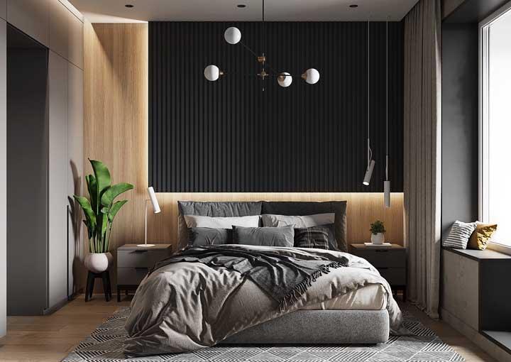 Nesse quarto, o painel de madeira se tornou o lugar ideal para embutir a iluminação indireta