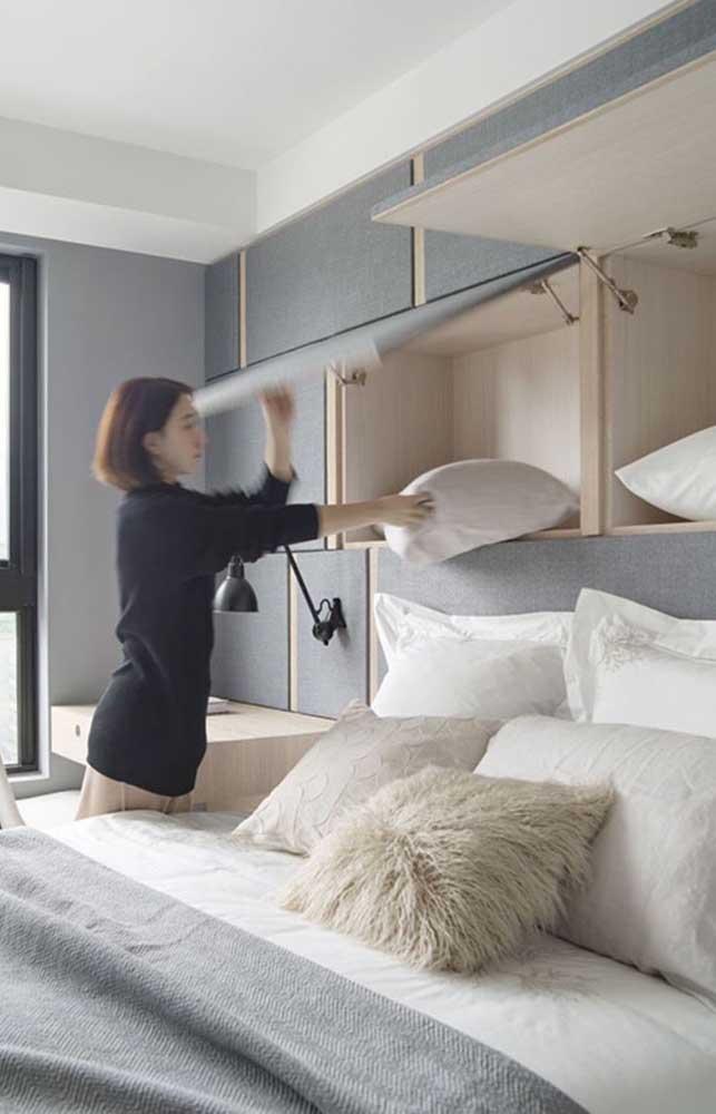 Moveis funcionais e de abertura prática são trunfos para organizar o quarto de casal pequeno