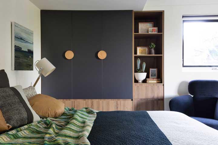 Um quarto de casal pequeno que mescla o moderno com o retrô