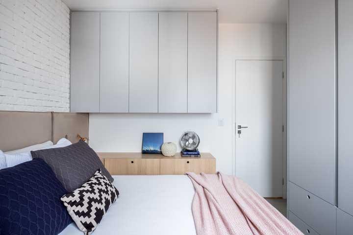 Parede de tijolinhos brancos para dar uma rusticidade delicada ao quarto pequeno de casal