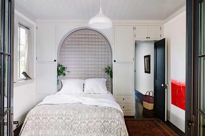 Romântico e provençal, esse quarto de casal pequeno é um encanto! Destaque para o passarinho no beiral da janela, parece de verdade!