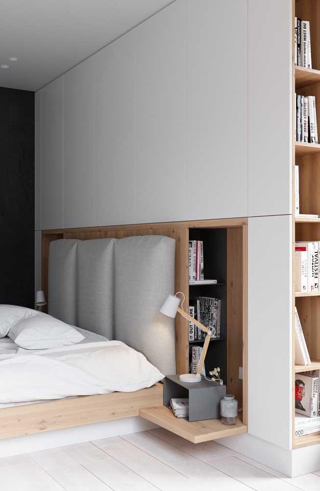Nesse quarto de casal pequeno, a parede ganhou nichos embutidos para economizar espaço