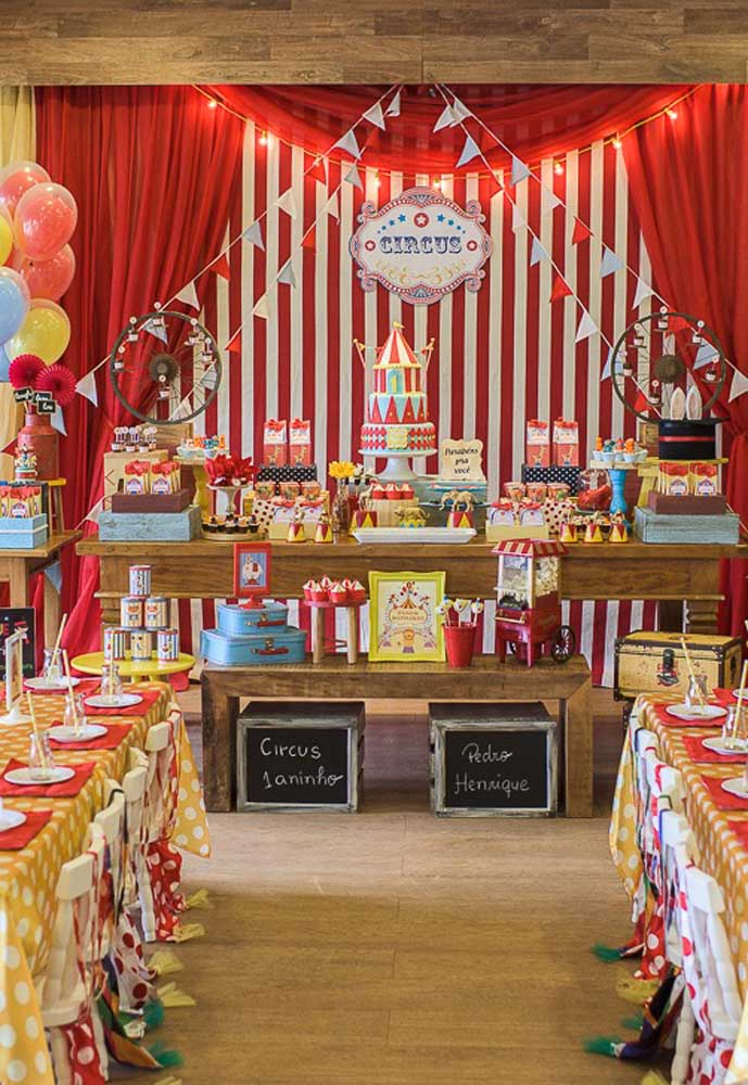 Vários elementos decorativos estão presentes nesta festa infantil circo.