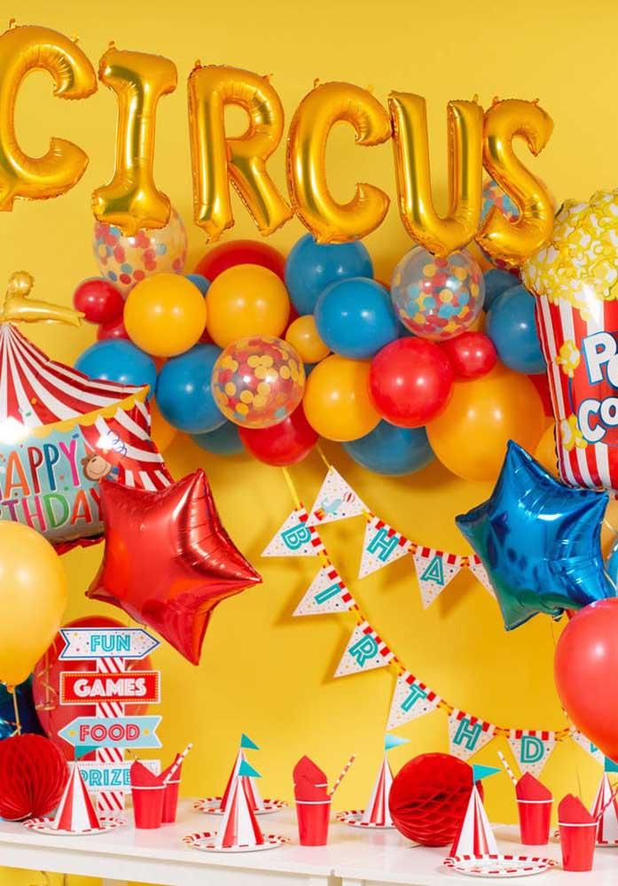 Balões coloridos não podem faltar na festa tema circo.
