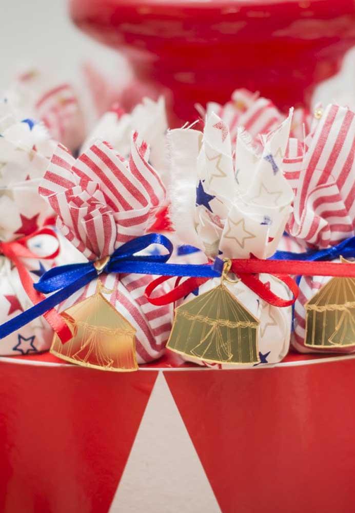 Escolha embalagens delicadas e acrescente algum elemento decorativo relacionado ao tema para fazer a lembrancinha circo.