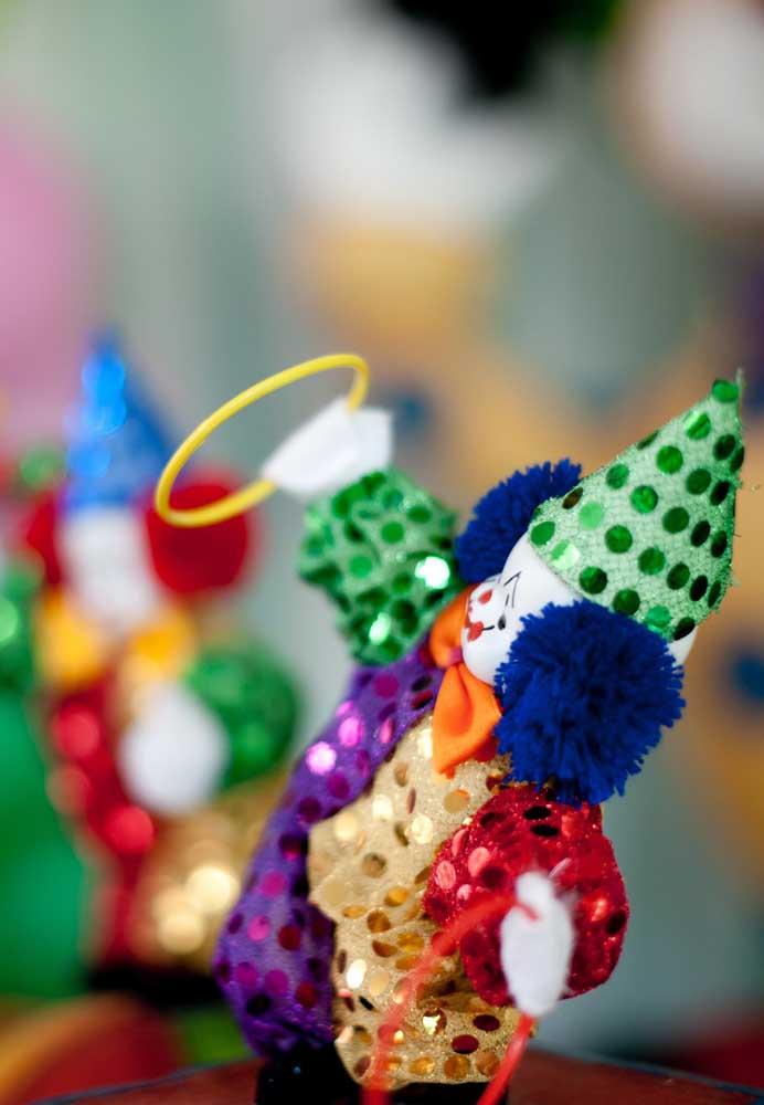 O palhaço é um dos personagens principais do tema circo. Portanto, não pode faltar na decoração.