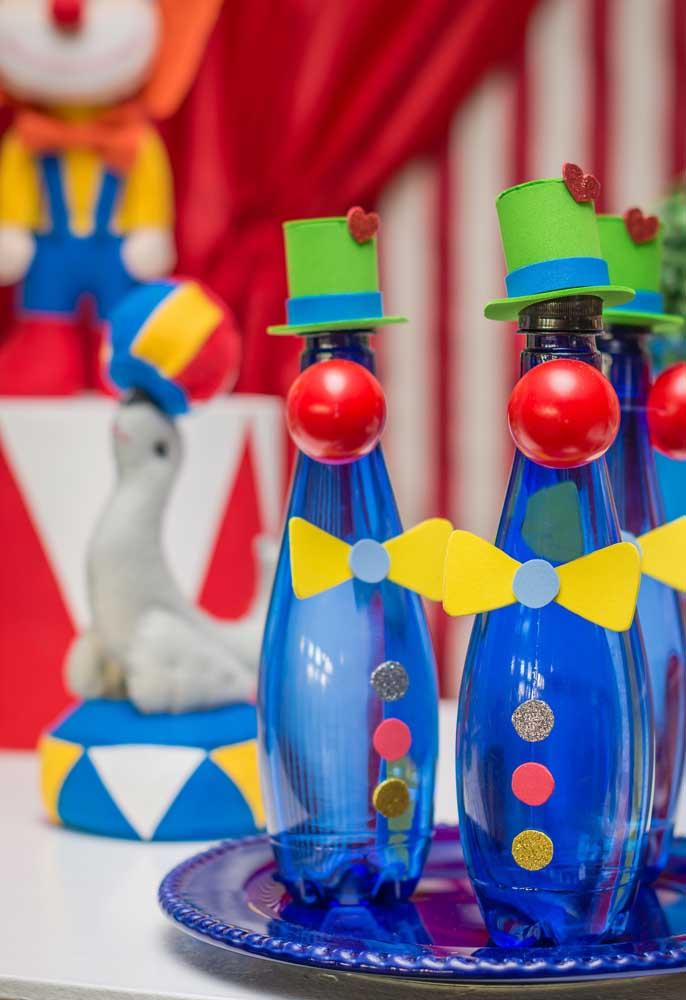 Olha que ideia original para fazer a decoração das garrafinhas de bebidas da festa tema circo.
