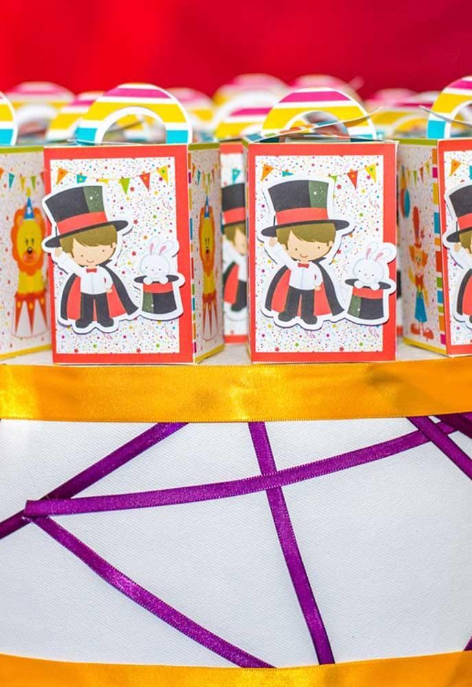 O que acha de fazer uma decoração com personagens do circo no formato de crianças?