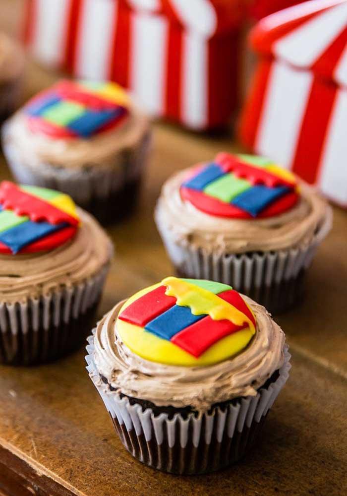 Use pasta americana para decorar o topo dos cupcakes com elementos que fazem parte do universo do circo.