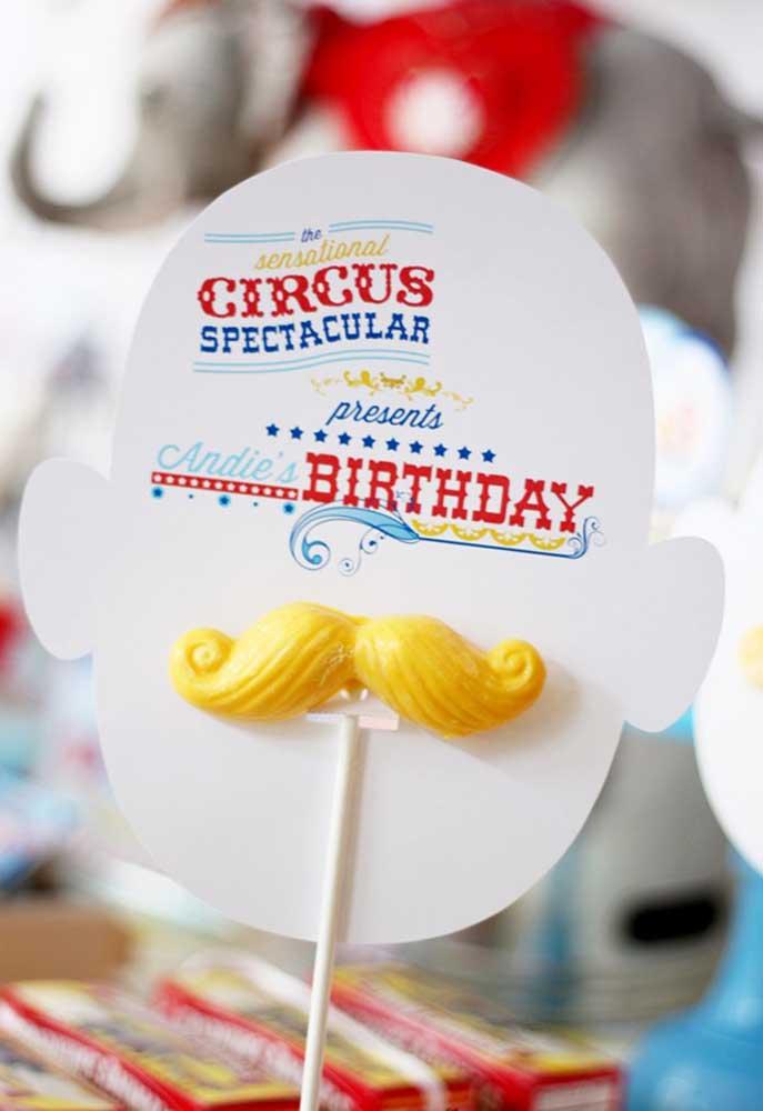 Faça umas plaquinhas personalizadas como essa para decorar cada cantinho da festa.
