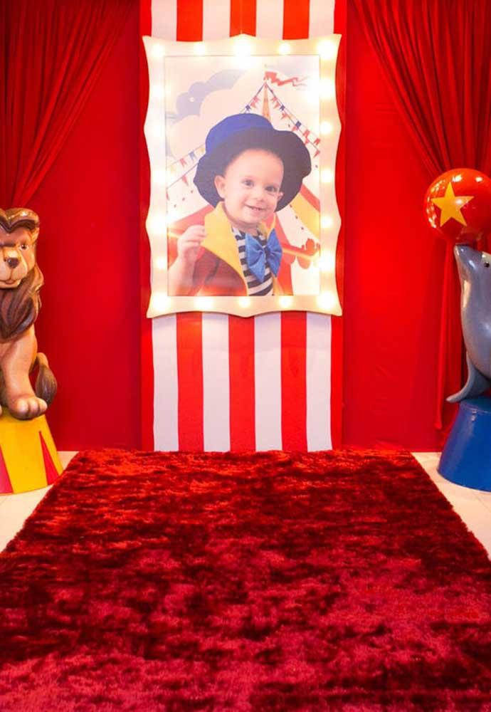 Uma ótima opção para fazer um lindo painel é colocar a foto do aniversariante para indicar que o dono da festa é ele.