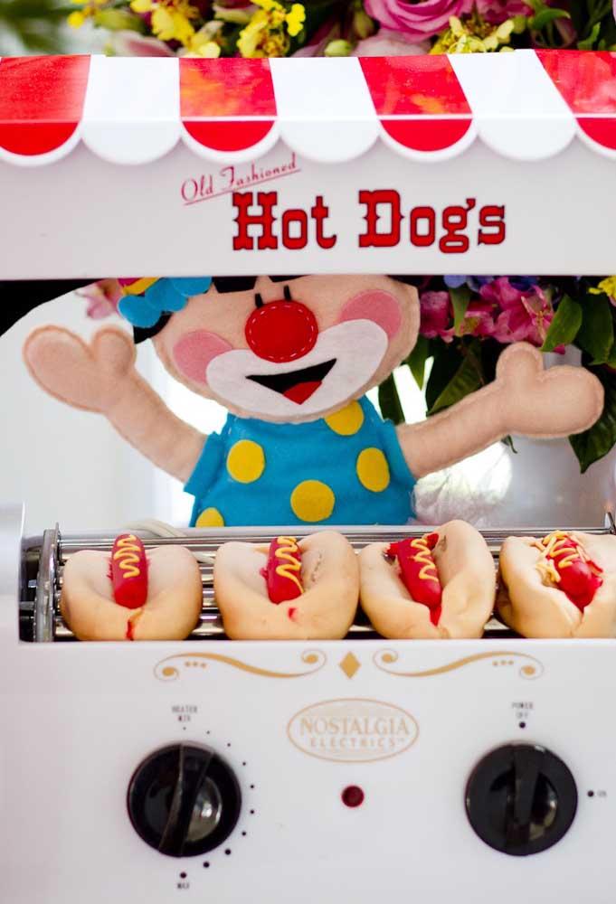 Para deixar a festa mais animada, prepare alguns carrinhos de hot dog, algodão doce e pipoca.