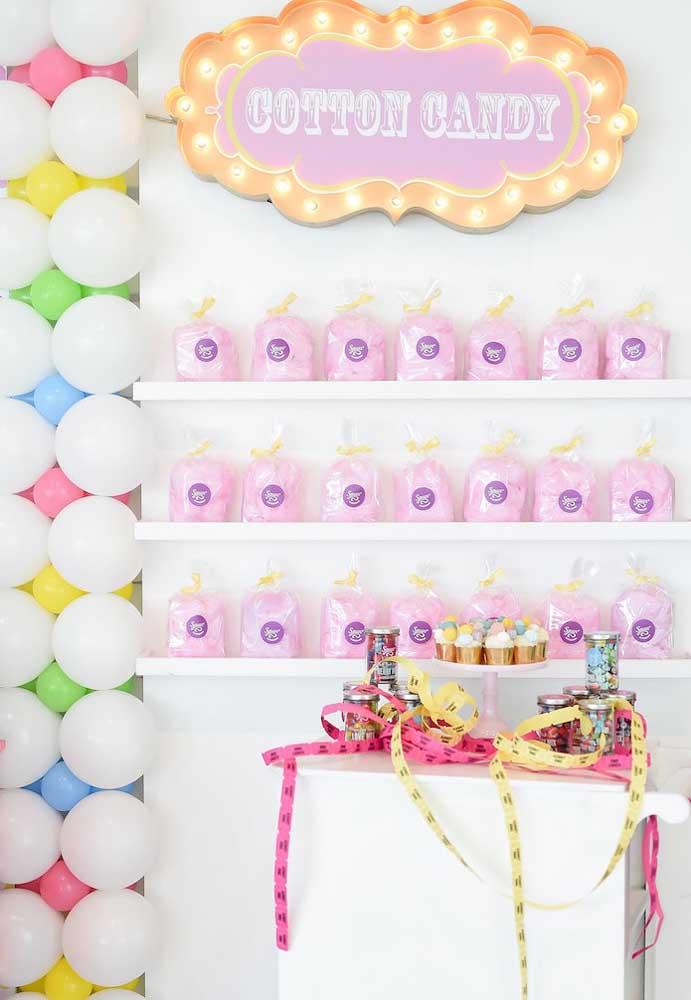 Olha que ideia maravilhosa para organizar os pacotes de algodão doce da festa.
