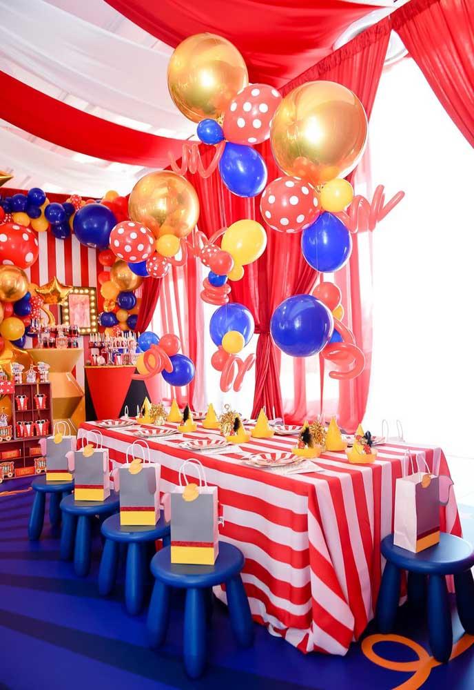 Use balões de cores e formatos diferentes para fazer a decoração da mesa dos convidados e da mesa principal da festa.