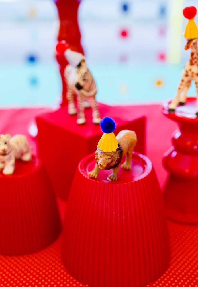 Você pode usar os bichinhos em miniaturas e colocar em cima de objetos para destacar na decoração.