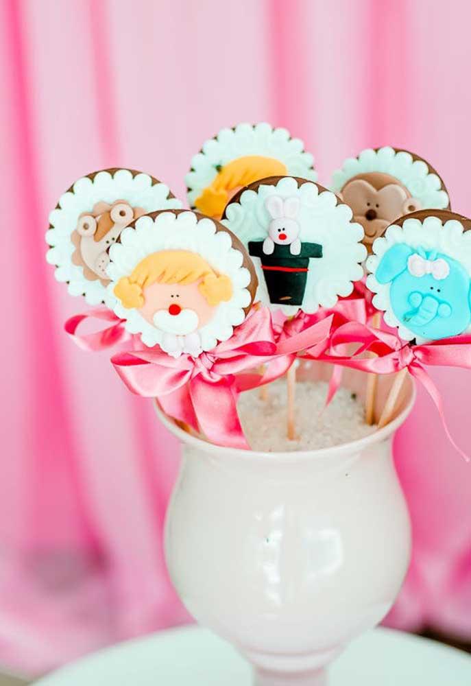 Olha como esses pirulitos de chocolate ficaram lindos. Você pode personalizá-los com pasta americana.
