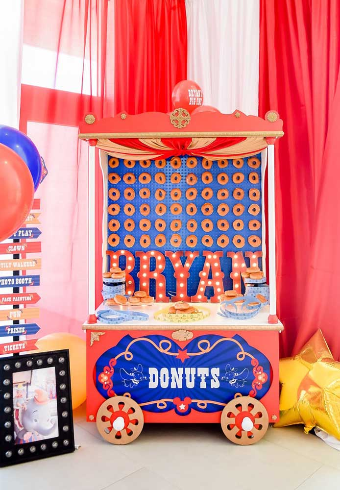 O carrinho de donuts é perfeito para uma festa circo vintage.