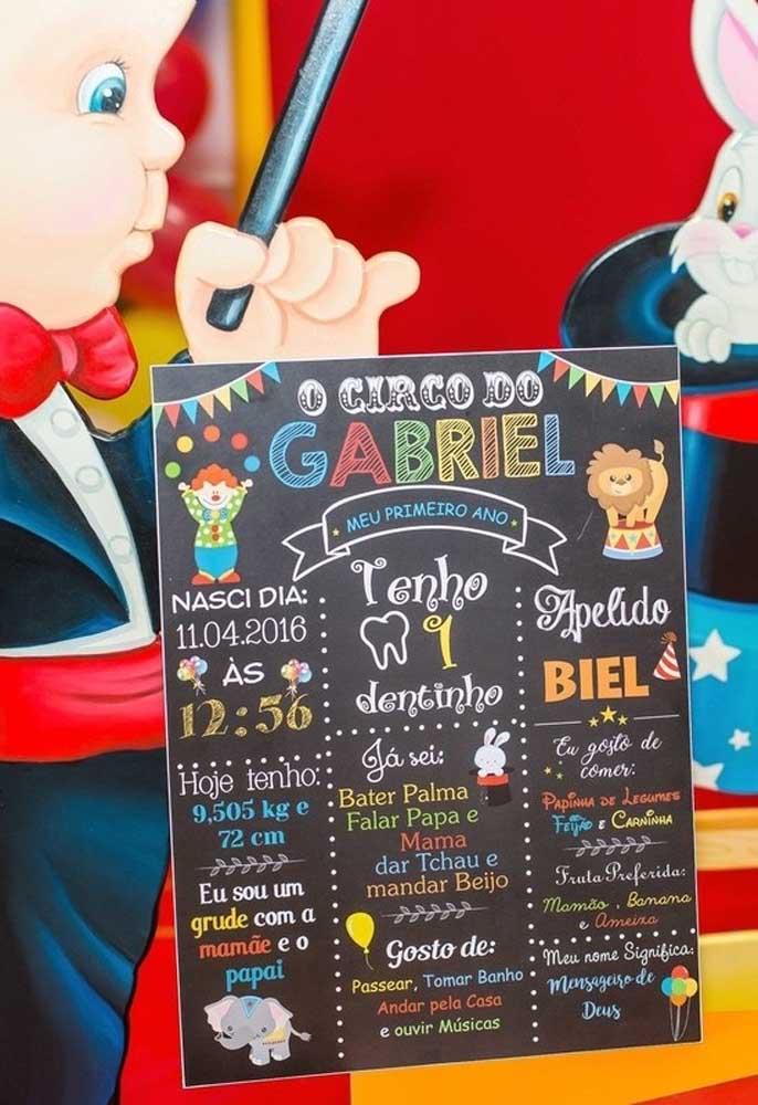 A plaquinha com as informações do aniversariante é a melhor forma dos convidados conhecerem mais sobre o dono da festa.
