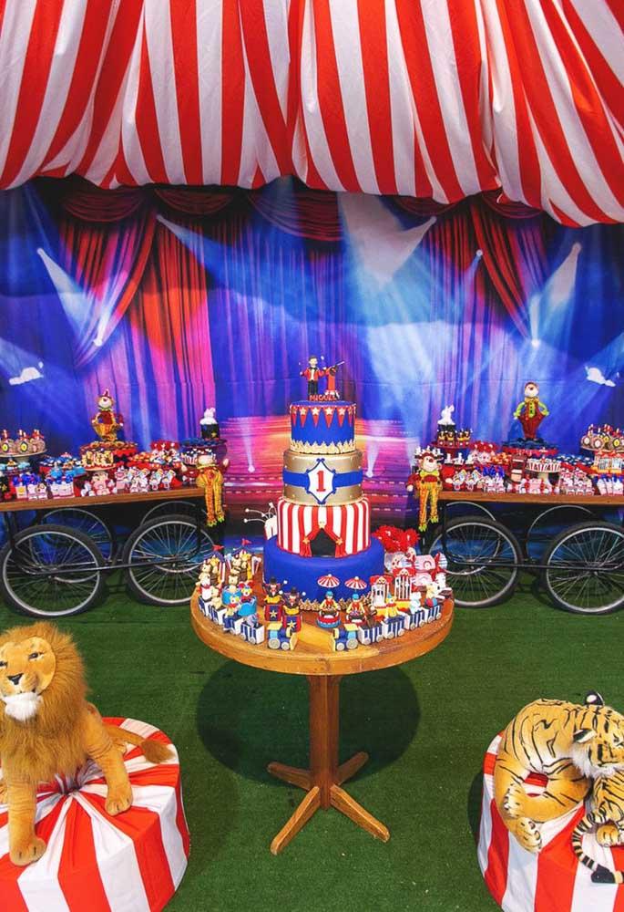 Que decoração mais linda com o tema circo com vários elementos que fazem parte do tema.