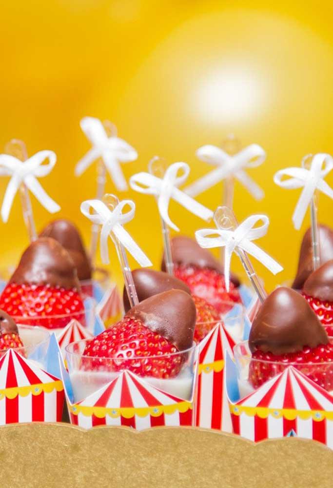 Copinhos personalizados para servir os morangos com chocolate.