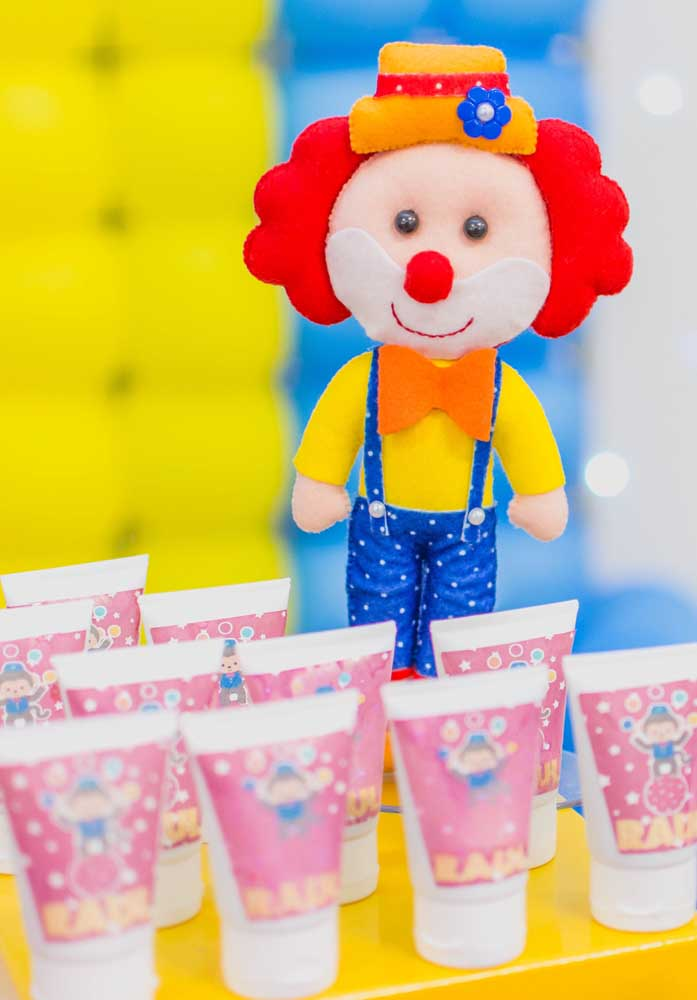 Faça uma decoração usando bonecos no formato de palhacinhos como esse.