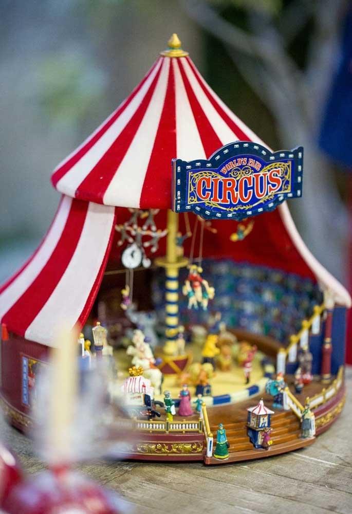 Uma miniatura de circo fica perfeita para colocar no centro de mesa circo.