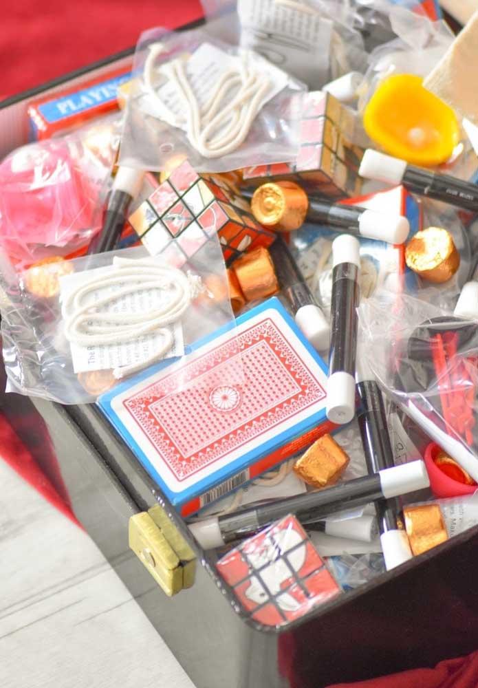 Separe uma caixinha com vários itens para as crianças usarem a criatividade nas brincadeiras.