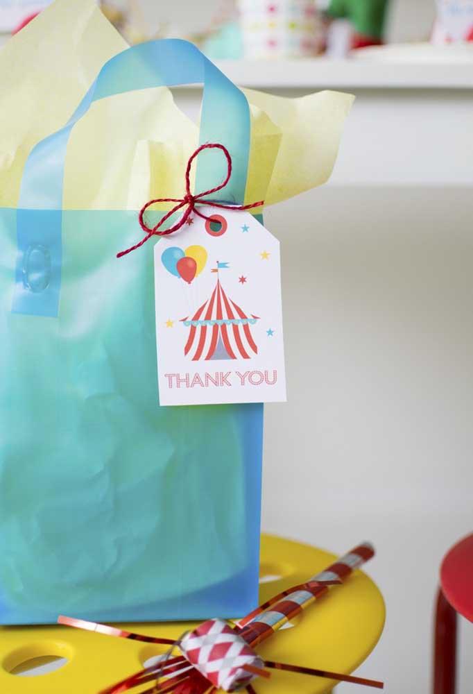 Os saquinhos coloridos podem ser uma ótima opção de embalagem para colocar as lembrancinhas.
